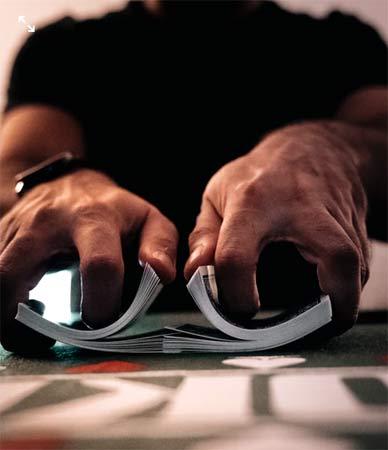 dealer de cartes au poker texas hold'em