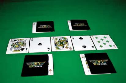 tapis de poker avec 5 cartes retournées